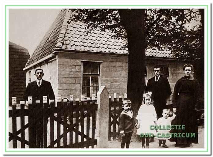 Jan Kabel, Geertje Kabel - Admiraal en hun drie kinderen, in 1910 poserend voor de woning aan de Kramersweg (nr 11). De man links is onbekend.