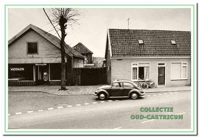 De tot wasserette ongebouwde boerderij van de familie Ten Wolde (nr 1) die in 1972 werd gesloopt om plaats te maken voor een supermarkt. Het naastgelegen pand aan de Dorpsstraat met een woonhuis (Piet Schotvanger) en een manufacturenwinkel (Jan Twisk), werd ook in de sloop betrokken.