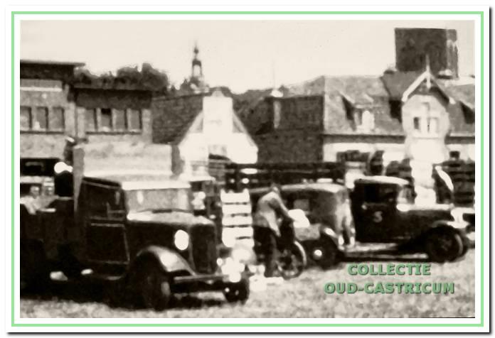 Toen de drukte aan de veiling groter werd, moesten de karren en de auto's aan de overzijde op het kermisterrein aan de Overtoom worden geparkeerd.