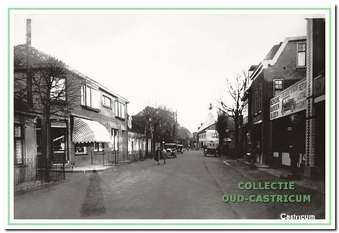 Doorkijk Dorpsstraat circa 1930, met als eerste pand links het 'dubbelpand' van Hemmer, Dorpsstraat 50/52.
