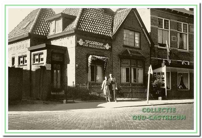 Het nieuwe kantoor van de Coöp. Boerenleenbank omstreeks 1956, Dorpsstraat 60. Opschrift op de gevel 'SPAARBANK, Coöp. Boerenleenbank'. Rechts het woongedeelte van het gezin van directeur Jaap Schut.