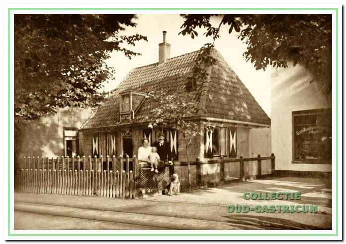 Het huis 'Klein maar mijn', omstreeks 1920, toen het werd bewoond door de familie Rommel. Voor het huis Albert Rommel, gezagvoerder, echtgenote Anna Doeksen en zoon Jan. Rechts een glimp van bakkerij Hoogland en links van kapperszaak Boddeke.