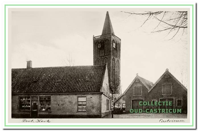Foto uit 1928, waarop een deel van de kosterswoning zichtbaar is, naar achteren gelegen, ingeklemd tussen de panden Dorpsstraat 57 en 61.