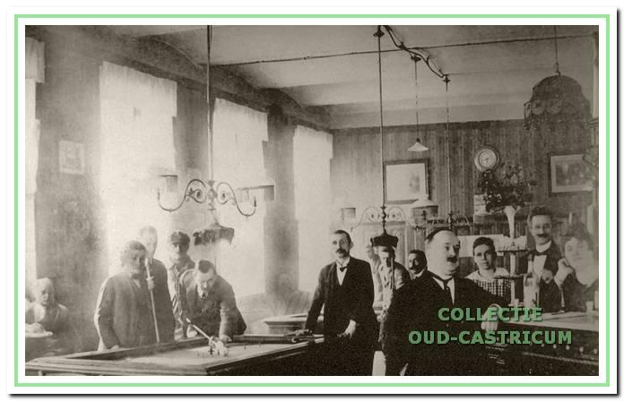 Interieur van hotel-café-restaurant De Rustende Jager aan de Dorpsstraat 62 in Castricum, 1915.