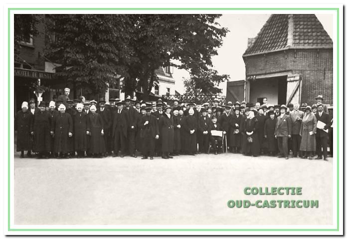 De bejaarden van Castricum vereeuwigd voor 'De Rus' en de doorrijstal. Libert Eggers senior links op de foto steekt boven iedereen uit.