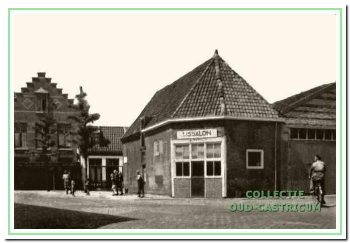 Na de oorlog wordt de stal in drie gedeelten verhuurd; aan de westzijde staat de brandweerauto, het middengedeelte wordt verhuurd aan Pieter Eikel voor opslag van fietsen en de oostkant wordt in 1948 ingericht tot IJssalon.