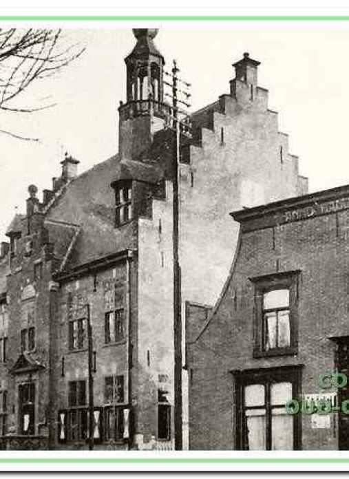 Achtereenvolgens omstreeks 1919 v.r.n.l. de winkel van Martinus de Haas, het raadhuis, gebouwd in 1911 (nog met de oude trap) en de Openbare Lagere School.