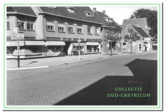 Doorkijk Dorpsstraat ca. 1939. Vanaf links gezien eerst de vier in 1938 gebouwde aaneen liggende winkelpanden. Vervolgens het in 1937 geopende Corso-theater en daarna het dicht aan de weg gelegen kleine voormalige pand  van de familie Kehl met de naar voren aangebouwde bloemenwinkel, toen geëxploiteerd door Jacobus Cools.
