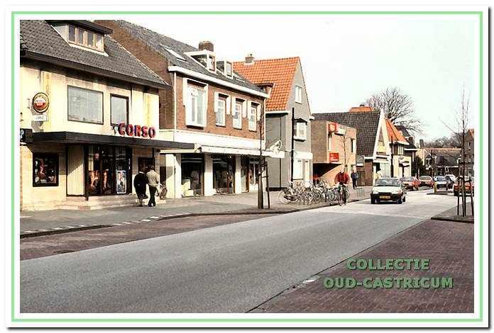 Doorkijk Dorpsstraat ca. 1984 met naast het Corso-theater het verbouwde pand Dorpsstraat 72, waarin voorheen garagebedrijf Lute was gevestigd.