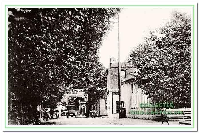 Circa 1920: De 1e Openbare Lagere School, Dorpsstraat 67 in Castricum.