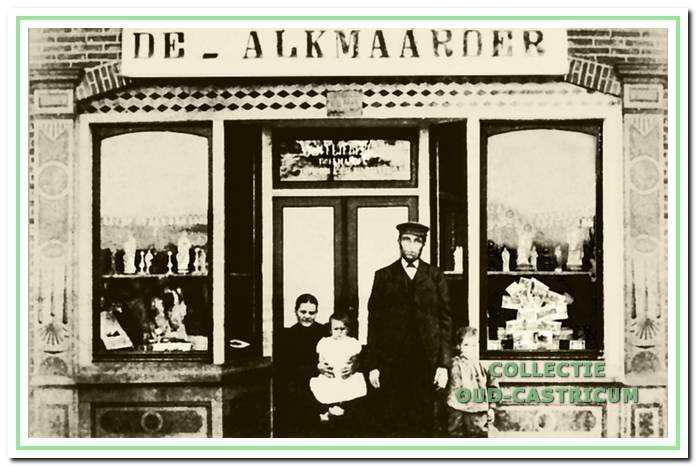 Willem Stuifbergen en familie omstreeks 1900 voor de ingang van zijn boekwinkel, waar zo te zien ook de Alkmaarder Courant werd verkocht.