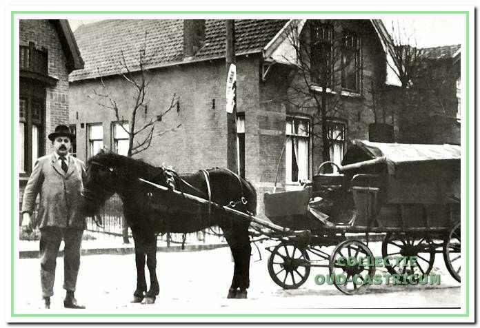 Piet Liefting, handelaar in boter, kaas en eieren, hier afgebeeld voor zijn huis, Dorpsstraat 15, met paard en wagen, waarmee hij zijn producten naar de klanten bracht.
