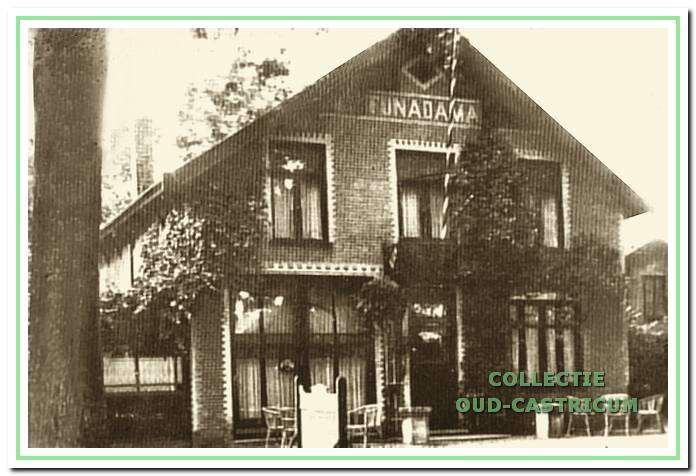 De voormalige villa Funadama van Tom Arnold, Dorpsstraat 2, omstreeks 1920, na een gedeeltelijke verbouwing tot café. Het uiterlijk van de oorspronkelijke villa is hier nog grotendeels intact.