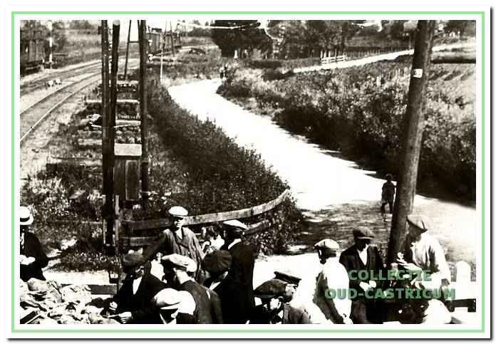 Op deze foto, genomen in 1916 vanaf de stationszijde, is de scherpe bocht in de Mient zeer duidelijk waarneembaar.
