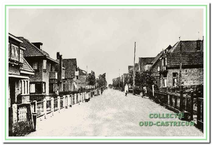 Een overzichtsfoto van de Mient omstreeks 1940; de huizen links op de foto zijn in de oorlog alle afgebroken. Vooraan links het dubbele woonhuis van zuster Bruins (oip schets nr. 17) en Jaap de Nijs op schets (nr. 18).