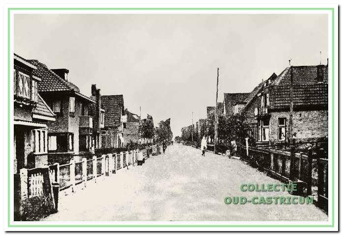 Een overzichtsfoto van de Mient omstreeks 1940; de huizen links op de foto zijn in de oorlog alle afgebroken. Vooraan links het dubbele woonhuis van zuster Bruins (oip schets nummer 17) en Jaap de Nijs op schets (nummer 18).