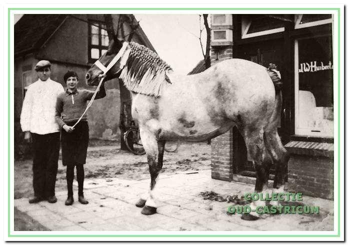 Cor Huiberts met alpinopet, zoon van slager Jan Huiberts, aan de Vinkebaan.