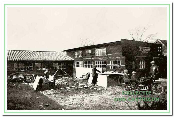 De timmerfabriek 'De Volharding' van de familie Hopman aan de Vinkebaan in 1926. V.l.n.r. Siem Pepping, Co Jenster, op de motorfiets verteller Tinus met achterop zus Sjaan en vader Janus.