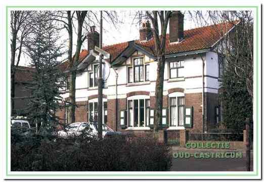 Foto van omstreeks 1980. De dubbele woning is gebouwd naar het ontwerp van de architect F.W.M. Poggenbeek. Kenmerkend voor zijn stijl, zoals gebruikt voor Duin en Bosch, is de pleisterlaag over de verdieping en het vakwerk in de topgevel.