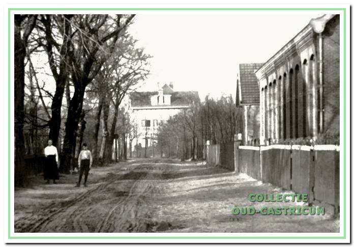 Rechts de openbare lagere school, later de School met den Bijbel.