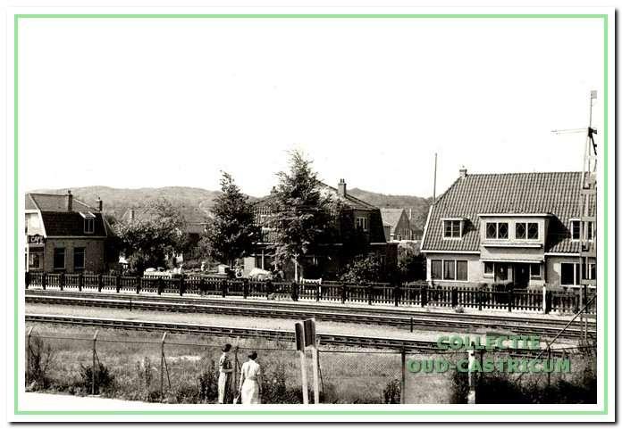 Kramersweg gezien vanaf de Stationsweg ter hoogte van de spoorwegovergang in 1943. Links café Spoorzicht.