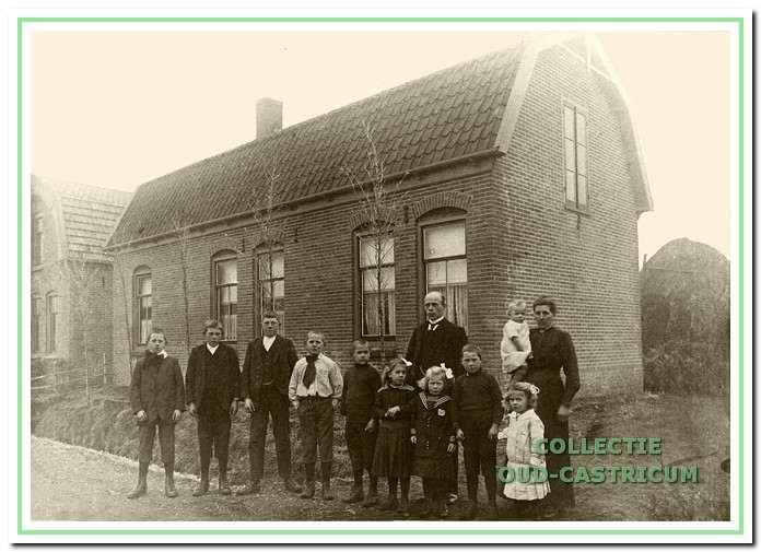 Hermanus (Manus) Zomerdijk was kaasmaker maar begon in 1918 een tuinderij aan de Kramersweg. Hij was getrouwd met Aaltje Brakenhoff en zij kregen 13 kinderen. Op de foto v.l.n.r. Herman, Jan, Jaap, Niek, Arie, Gré, Piet en Marie. Voorts Manus en zijn vrouw met dochter Alie op haar arm.