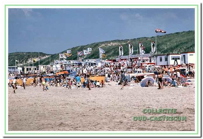 Strandvermaak met vele strandpaviljoens.