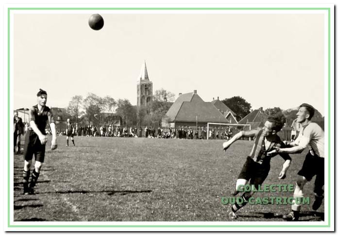 Spelmoment uit de wedstrijd Vitesse-ADO op het terrein aan de Oudeweg. Herman van Velzen gooit in voor Vitesse. Rechts volgen Jan Zonneveld en Jac. Roozing (ADO) de bal.