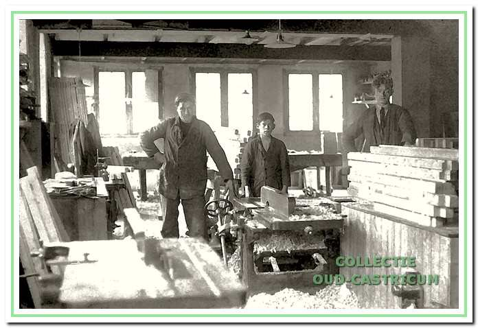 Interieur van de timmerwerkplaats. De werkplaats fungeerde ook als timmerwinkel. Als dorpelingen hout, spijkers of schroeven nodig hadden, konden ze hier terecht. Doe-het-zelf-zaken bestonden nog niet. V.l.n.r.: Ber van Benthem, Jan Korsman en Jan Res.