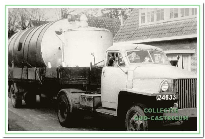 Een melkauto op weg naar de melkfabriek De Holland.