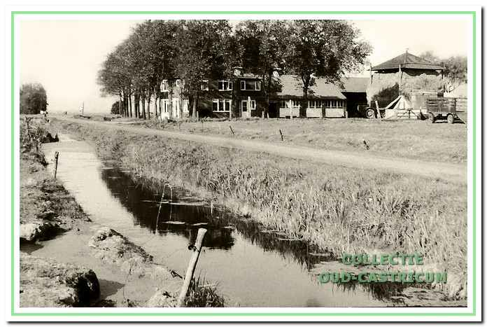 De Brakersweg gezien vanuit het zuiden in de richting van de Alkmaarderstraatweg. Op de foto de nieuwe boerderij van Cornelis Al, hier woonde later zijn schoonzoon Henk Liefting; de boerderij is gesloopt in verband met de woningbouw in plan Noordend.