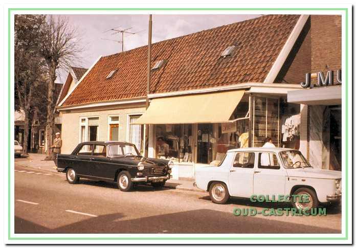 Foto uit circa 1970 van het 'dubbelpand' van Jan Twisk, met links de woning Dorpsstraat 44 van huurder Dirk Schotvanger en rechts de manufacturenzaak van Jan Twisk. Rechts op de foto nog een glimp van de modezaak van Jan Mul in het vernieuwde pand dat hij in 1969 betrok.