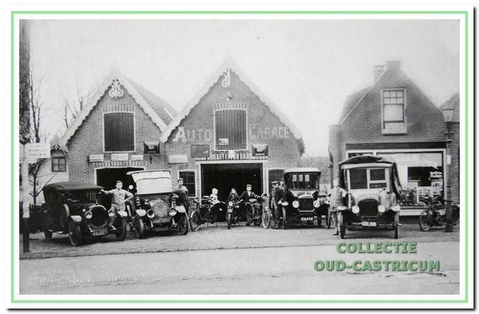 Het bedrijf van Bernard Roemer bij de opening in 1920. Links (met de beide puntdaken) de garage. Rechts de rijwielhandel in het voormalige pand van Jan Groen, wiens naam nog niet van de etalageruit is verwijderd.