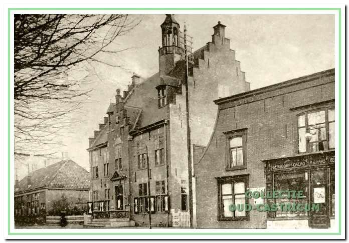 Het oude Raadhuis met daarachter de Openbare Lagere school, Dorpsstraat 63, 65, 67 in Castricum