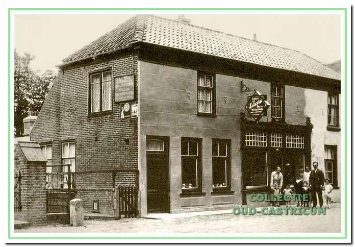 De loodgieterswinkel van Gerrit de Rooij, Dorpsstraat 107, ca. 1925, met aan de linkerkant het woongedeelte. Voor de winkel moeder To van Tongeren, vader Gerrit de Rooij en kinderen.