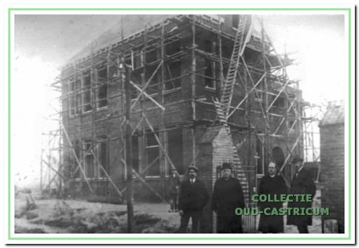Bij het begin van de bouw van de meisjesschool, het eerste deel van de Augustinusschool.