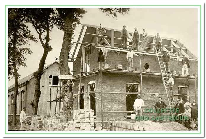 De bouw van de school en de onderwijzerswoning in Bakkum in 1904.