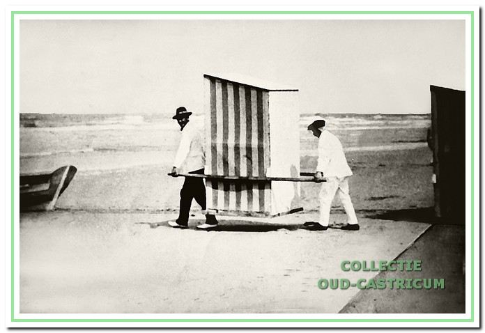 Een baadster wordt in een draagstoel naar zee gebracht in 1923.