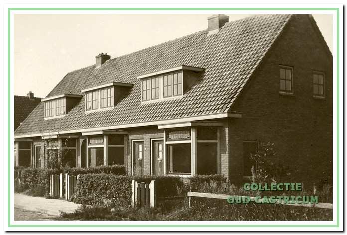 De twee dubbele woonhuizen (nr 26). Hier woonden in 1940 v.l.n.r. Engelbertus Zonneveld, Marinus Hofstede, Johannes Iepenga en Pieter Schotvanger.