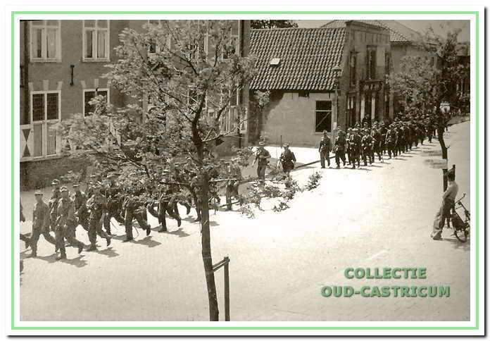 Aftocht van de Duitsers door de Dorpsstraat.