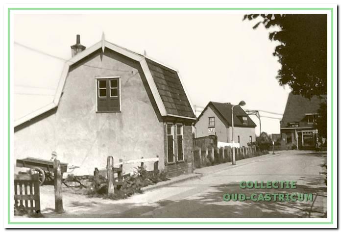 Vanaf de Ruiterweg is het eerste huis aan de westzijde van de Mient (op de schets nr. 1) het spoorhuis, waarin Hendrik Heijstek, de overwegwachter, woonde. In het huis op de voorgrond (op schets nr. 2) woonde Alida de Munk, weduwe van Willem Castricum. Aan de Ruiterweg is de bakkerij van Hemmer nog zichtbaar.