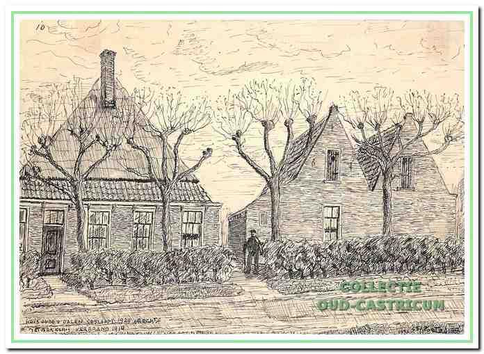 Het huis met dubbele puntdak is in 1862 in gebruik genomen en heeft in 1912 plaats moeten maken voor nieuwbouw. De boerderij links was in gebruik als bakkerij en is waarschijnlijk in 1911 afgebrand.