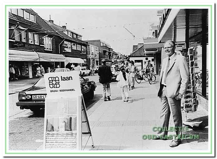 De heer Laan senior voor zijn boekhandel aan de burgemeester. Mooijstraat.