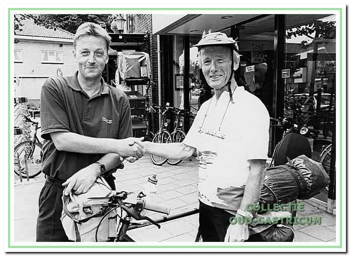 Wim van Vliet met wielrijder Cor Martens voor zijn fietsenzaak aan de Dorpsstraat.
