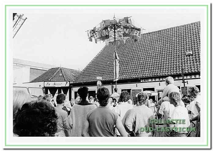 Stanghangen bij festiviteiten tijdens de braderie op de Dorpsstraat. Op de achtergrond Café De Blauwe Stoep.