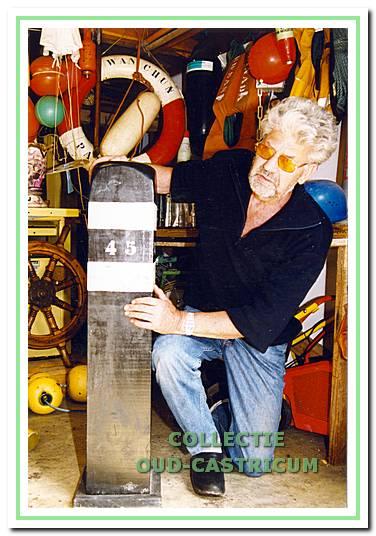 De strandjutter Thijs Bakker bezit een grote verzameling strandvondsten.