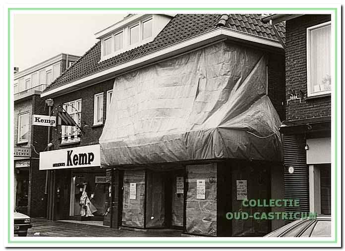 Tot 1960 was hier Leeuwrik Heerenkleedermakerij gevestigd en vanaf 1961 Hillenbrink kindermode.