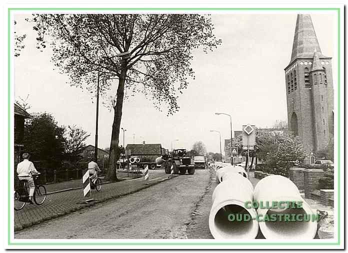 De Dorpsstraat in Castricum is opengebroken voor het vernieuwen van het riool.