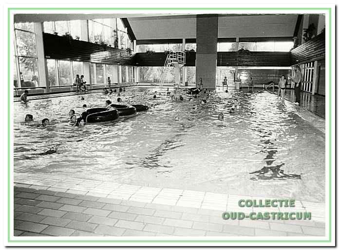 Interieurfoto van het oude zwembad De Witte Brug aan de Jacob Rensdorpstraat 1 in Castricum.
