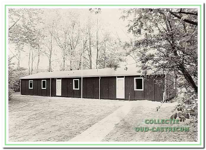 De St. Clarahut van de scoutinggroep, circa 1980. Dit gebouw is in 1973 gebouwd en is door brand verwoest in 1985. Locatie van houten gebouw achter de Cuneraschool te Bakkum.